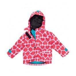 Roze jas met rode hartjes van het Zweedse merk Maxomorra. De jas heeft een fleecevoering die uit de jas geritst kan worden. Zo is het zomerjas en tussenjas in een.