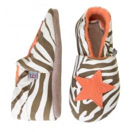 Slofjes met zebraprint van het Deense merk Melton. De slofjes zijn gemaakt van stof en hebben een zool van leer.