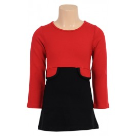Stijlvol jurkje met rood bovenpand en zwart rokje van het Nederlandse merk Petit Louie. De jurk heeft een ronde hals, een knoopje achter en twee klepzakjes in de taille. Uitgevoerd in fijne milanostof.