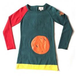 Toffe gebreide groene jurk met hoog Pippi Langkous gehalte van het Nederlandse merk Unkk. De jurk heeft 1 rode mouw en een toffe pleisterapplicatie op de mouw.