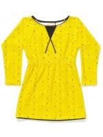 Gele jurk met triangleprint van het Deense merk AlbaBabY. De jurk heeft elastiek in de taille.