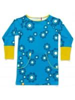Blauwe jurk met grote bloemen van het Deense merk AlbaBabY. de jurk heeft een kangaroezak en een gele bies.