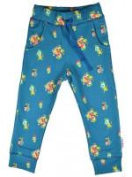 Blauwe sweat pants met bloemenprint van het Belgische merk Baba-Babywear. De broek is gemaakt van biologisch katoen.