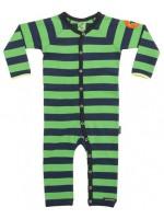 Donkerblauw/groen gestreepte jumpsuit van het Zweedse merk Villervalla. De jumpsuit sluit met drukknoopje.