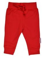 Rood broekje van het Belgische merk Baba-Babywear. De kleding van Baba-Babywear is gemaakt van biologisch katoen.