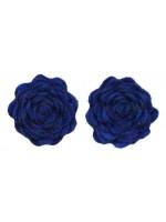 2 blauwe vilten bloemen van het merk Waaaw. De bloemen kunnen op de Waaaw kleding geklikt worden met drukkertjes.