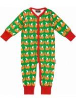 Oranje jumpsuit met eekhoorns van het Zweedse merk Maxomorra. De jumpsuit heeft een rode bies en sluit met drukknoopjes.   De jumpsuit is gemaakt van 95% GOTS gecertificeerd biologisch katoen en 5% elastane.