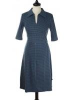 Damesjurk met petrol/zwarte print van het Belgische merk Froy & Dind. De jurk is gemaakt van 95% biologisch katoen en 5% elastane.