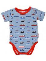 Blauwe romper met boten van het Belgische merk Baba-Babywear. De kleding van Baba-Babywear is gemaakt van biologisch katoen.