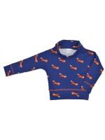 Hip blauw shirt met  roestbruine vosjes van het Belgische merk Baba-Babywear. Het shirt heeft een wijdvallende colkraag met drukknoopjes.  De kleding van Baba-Babywear is gemaakt van biologisch katoen.