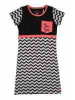 Jurk met zwart/witte zigzagprint en zwart bovenstuk van het merk Birds bij D-Rak. De jurk heeft een neon oranje bies.