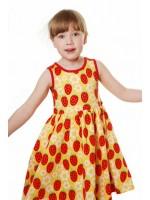 Hippe gele mouwloze jurk met aardbeien en bloemen van het Zweedse merk Duns Sweden.  De kleding van Duns Sweden is gemaakt van biologisch katoen. Wel zo prettig, want de kleding is heerlijk zacht.