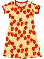 Hippe gele jurk met aardbeien en bloemen van het Zweedse merk Duns Sweden. De jurk heeft korte mouwen en een rode bies.  De kleding van Duns Sweden is gemaakt van biologisch katoen. Wel zo prettig, want de kleding is heerlijk zacht.