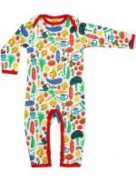 Jumpsuit met groentes het Zweedse merk Duns Sweden. De jumpsuit heeft een rode bies en is gemaakt van GOTS gecertificeerd bioogisch katoen.