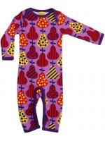 Paarse jumpsuit met peren van het Zweedse merk Duns Sweden. De jumpsuit heeft een donkerpaarse bies en is gemaakt van 100% GOTS gecertificeerd biologisch katoen.
