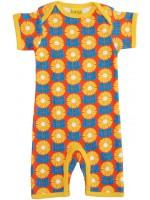 Duns Sweden  Gots gecertificeerd biologisch katoen organic cotton kinderkleding met print babykleding met print jumpsuit onesie kruippakje babypakje  Oranje zomerjumpsuit met bloemen het Zweedse merk Duns Sweden. De jumpsuit heeft een gele bies en is gema