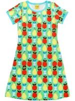 Groene jurk met appels en peren van het Zweedse merk Duns Sweden. De jurk heeft een turquoise biezen en is gemaakt van 100% biologisch katoen.