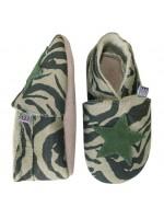 Slofjes met camouflageprint van het Deense merk Melton. De slofjes zijn gemaakt van stof en hebben een zool van leer.