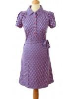 Hippe blauwe jurk met een rood/witte print van het Belgische merk Froy & Dind. De jurk heeft korte mouwen en een polokraagje en sluit met knoopjes.   De jurk is gemaakt van biologisch katoen.