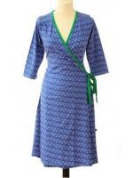 Hippe blauwe overslagjurk met off-white print van het Belgische merk Froy & Dind. De jurk heeft een groene bies en 3/4 mouwen.