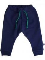 Donkerblauwe sweat pants van het Deense merk Danefae. De broek heeft een groen touwtje.