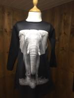 Jurk met olifant van het merk Wooden Buttons. De jurk heeft zwarte mouwen en achterkant.