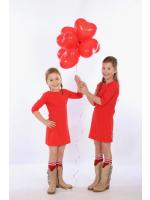 Rode jurk met 3/4 mouwen. In de hals zitten twee drukknopen waar een decoratie opgedrukt kan worden.