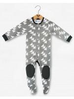 Grijze jumpsuit met driehoekjes van het Belgische merk Moon Monsters.De jumpsuit heeft voetjes en sluit met een rits.  De jumpsuit is gemaakt van het allerzachtste biologische katoen.
