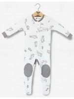Off-white jumpsuit met pinguins van het Belgische merk Moon Monsters.De jumpsuit heeft voetjes en sluit met een rits.  De jumpsuit is gemaakt van het allerzachtste biologische katoen.