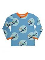 Blauwe longsleeve met vliegtuigen van het Deense merk Mala. De longsleeve heeft oranje biezen.  De longsleeve is gemaakt van Oekotex gecertificeerd katoen met een beetje elastane.