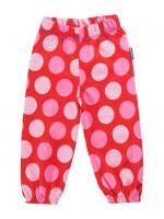 Hippe rode broek met roze stippen van het Zweedse merk Maxomorra. De broek bevat elastiek rond de middel en enkels.  De kinderkleding van Maxomorra is gemaakt van GOTS-gecertifceerd biologisch katoen.