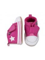 Hippe roze halfhoge babyslofjes met ster van het Deense merk Denemarken. De slofjes blijven goed zitten door de klittenbandsluiting.
