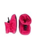 Vrolijke roze babyslofjes van ribstof van Deense merk Melton. De slofjes sluiten met een elastiek dat je kunt verstellen met de knoop.