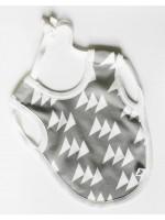 Grijze slab met driehoekjes van het Belgische merk Moon Monsters. De armen van je kindje kun je door de zijnkanten van de slab steken zodat deze goed blijft zitten.  De slab is gemaakt van het allerzachtste biologische katoen.