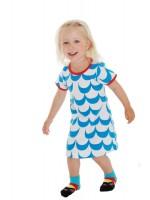 Off-white jurk met blauwe golven van het Zweedse merk More Than a Fling. De jurk heeft een rode bies en is gemaakt van GOTS gecertificeerd biologisch katoen met een beetje elastane.