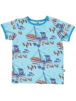 Blauw t-shirt met vissersboten van het Deense merk Smafolk. Het t-shirt heeft een lichtblauwe bies en is gemaakt van 50% Oekotex gecertificeerd katoen, 45% modal en 5% elastane
