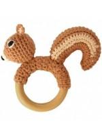 Gehaakte eekhoorn rammelaar op houten bijtring van het merk Sindibada.