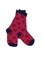 Hippe roze sokken met rode appels van het Deense merk Smafolk.
