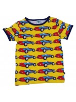 Hip geel t-shirt met racewagens van het Deense merk Smafolk. Het t-shirt heeft een blauwe bies.  De kleding van Smafolk is gemaakt van 50% katoen, 45% modal en 5% elastane en is Oekotex 100 gecertificeerd, wel zo fijn!