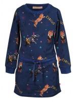 Blauwe jurk van sweatstof met circusprint van het Belgische merk Someone. De jurk heeft ingeweven glitterdraad in de taiille en nek.