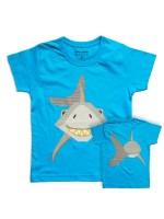 Blauw t-shirt met  haai van het Franse merk Coq & Pâte en het design is van Mibo. Aan de achterkant van het shirt zie je de achterkant van de haai.  De kleding en tassen van Coq & Pâte zijn gemaakt van GOTS gecertificeerd biologisch katoen