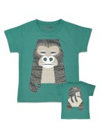 Groen t-shirt met gorilla van het Franse merk Coq & Pâte en ontwerp van Mibo. Aan de achterkant van het shirt  staat de achterkant van de gorilla.  De kleding en tassen van Coq & Pâte zijn gemaakt van GOTS gecertificeerd biologisch katoen.