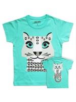Turquoise t-shirt met een luipaard van het Franse merk Coq & Pâte en het design is van Mibo. Aan de achterkant zie je de achterkant van het luitpaard.  De kleding en tassen van Coq & Pâte zijn gemaakt van GOTS gecertificeerd biologisch katoen.