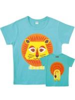 Lichtblauw t-shirt met leeuw van het Franse merk Coq & Pâte en ontwerp van Mibo. Aan de achterkant van het shirt  staat de achterkant van de leeuw.  De kleding en tassen van Coq & Pâte zijn gemaakt van GOTS gecertificeerd biologisch katoen.