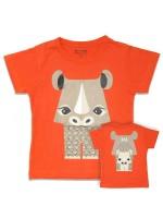 Oranjerood t-shirt met neushoorn van het Franse merk Coq & Pâte en ontwerp van Mibo. Aan de achterkant van het shirt  staat de achterkant van de neushoorn.  De kleding en tassen van Coq & Pâte zijn gemaakt van GOTS gecertificeerd biologisch katoen.