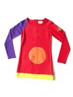 Toffe gebreide rode jurk van het Nederlandse merk Unkk. De jurk heeft 1 paarse mouw en een toffe pleisterapplicatie op de mouw.