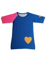 Blauwe jurk met 1 roze mouw van het toffe merk Unkk. De jurk heeft een geel hartje op de voorkant en een pleisterapplicatie op de mouw.   Leuk met de bijpassende kniekousen met streepjes.
