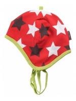 Hippe rode muts met sterren van het Zweedse merk Maxomorra. De muts heeft een groene bies en groene touwtjes.  De kinderkleding van Maxomorra is gemaakt van GOTS-gecertificeerd biologisch katoen.