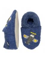 Blauwe slofjes met een vliegtuigen van het Deense merk Melton. De slofjes zijn van wol en en de zool is van leer.