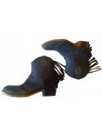 Halfhoge grijsblauwe laarzen met krokoleer in de ster van het Italiaanse merk Zecchino D'oro. De laarzen hebben hippe franjes aan de zijkant. De laarzen zijn handgemaakt en hebben een heel fijn voetbed waardoor deze laarzen heerlijk lopen.  De laarzen val